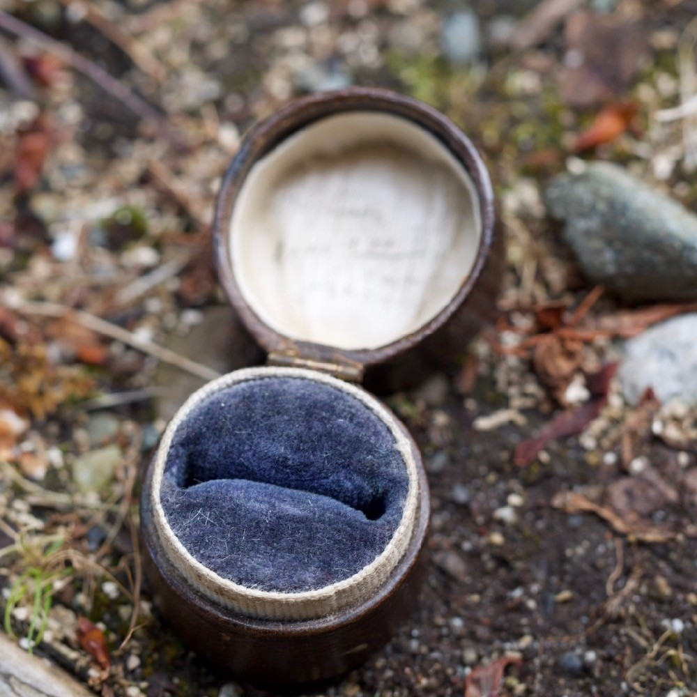 Old Round Leather Ring Box
